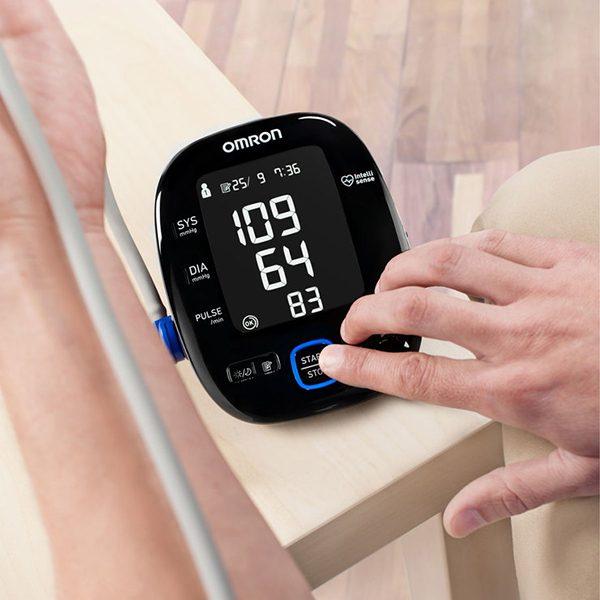 Омрон МИТ 5С Конект - апарат за измерване на кръвното над лакътя - пример